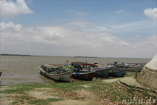 Boote am Ayeyarwady in Bagan, Myanmar