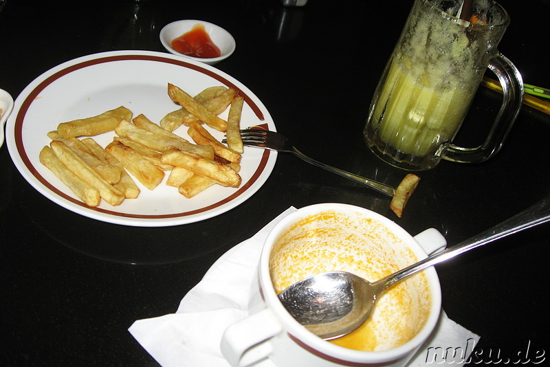 Snack am Abend: Pommes & Suppe im Cafe Aroma in Yangon