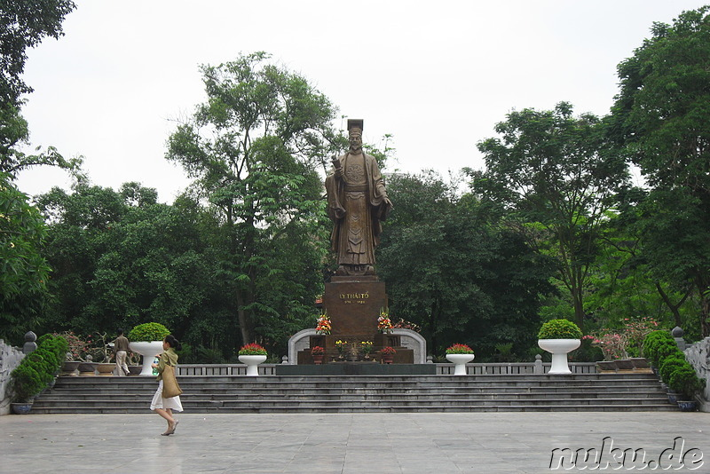 Statue am Hoan Kiem Lake in Hanoi, Vietnam